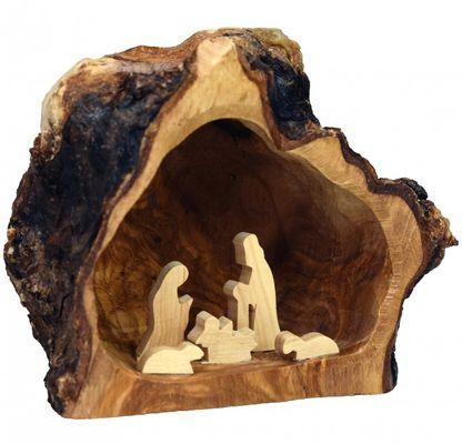 Crèche en bois dans une grotte