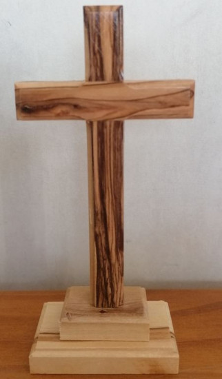 Croix sur pied bois d'olivier