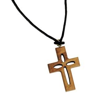 Collier avec pendentif Croix ajourée en bois 37cm.
