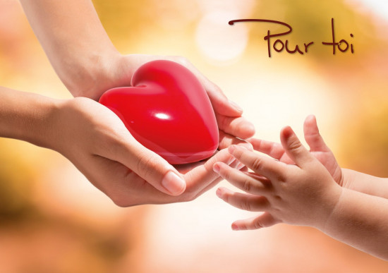 Mini carte Mains d'adulte offrant un coeur à mains d'enfant