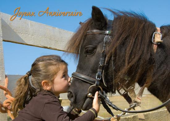 Carte avec message Fillette embrassant un poney(JA)