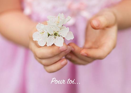 Carte avec message Fleurs ds mains d'une fillette