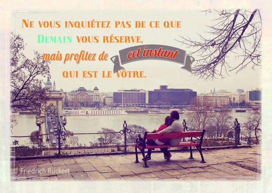 Carte citation Couple enlacé sur un banc devant la ville