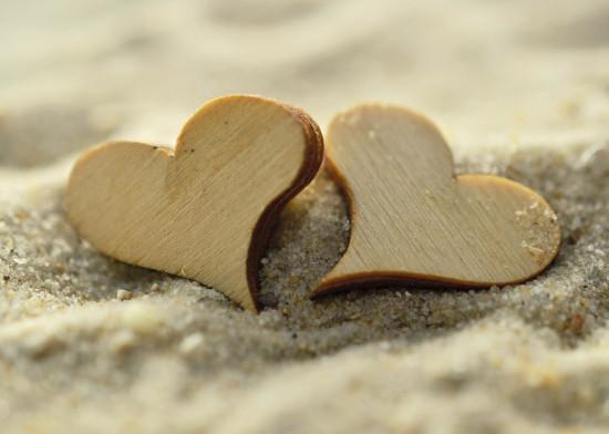 Mini Carte Fin D'année Coeurs en bois dans le sable
