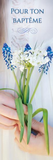 Signet Fille tenant un bouquet dans ses mains.