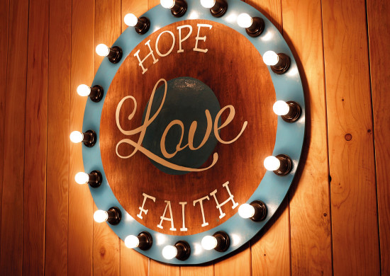 Carte avec message Panneau Love avec un anneau d'ampoules