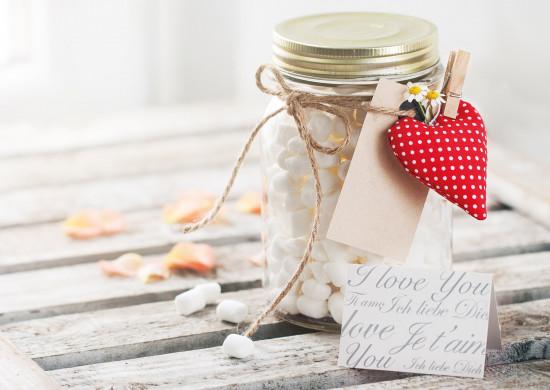 Carte sans texte Pot de bonbons, coeur et pétales sur une table