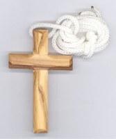 Croix en olivier avec cordon.